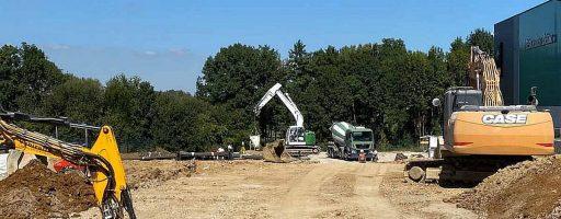 Am Standort Neuhausen bei Fanuc stehen die Zeichen auf Wachstum: Hier sind seit einigen Monaten wieder die Bagger am Werk. Auf dem Gelände entstehen ein Parkhaus und ein leistungsfähiges Technikum. - Bild: Fanuc