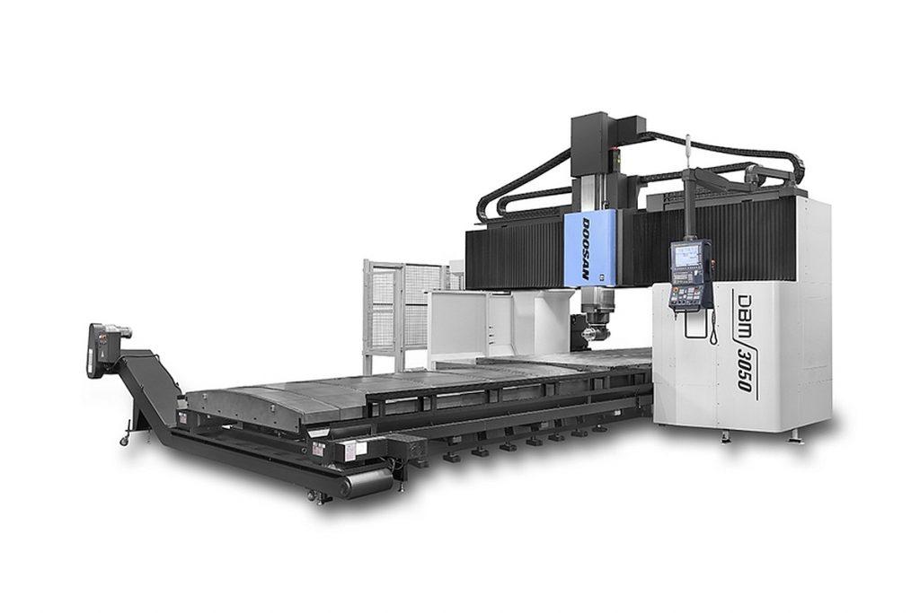 Doosan erweitert seine DBM-Serie um Doppelständermaschinen mit 2000 und 3000 mm effektiver Breite. Darunter ein Mehrzweck-Doppelständer-Bearbeitungszentrum, das sowohl für die Bearbeitung großer Werkstücke als auch für die Formbearbeitung prädestiniert ist. - Bild: Doosan