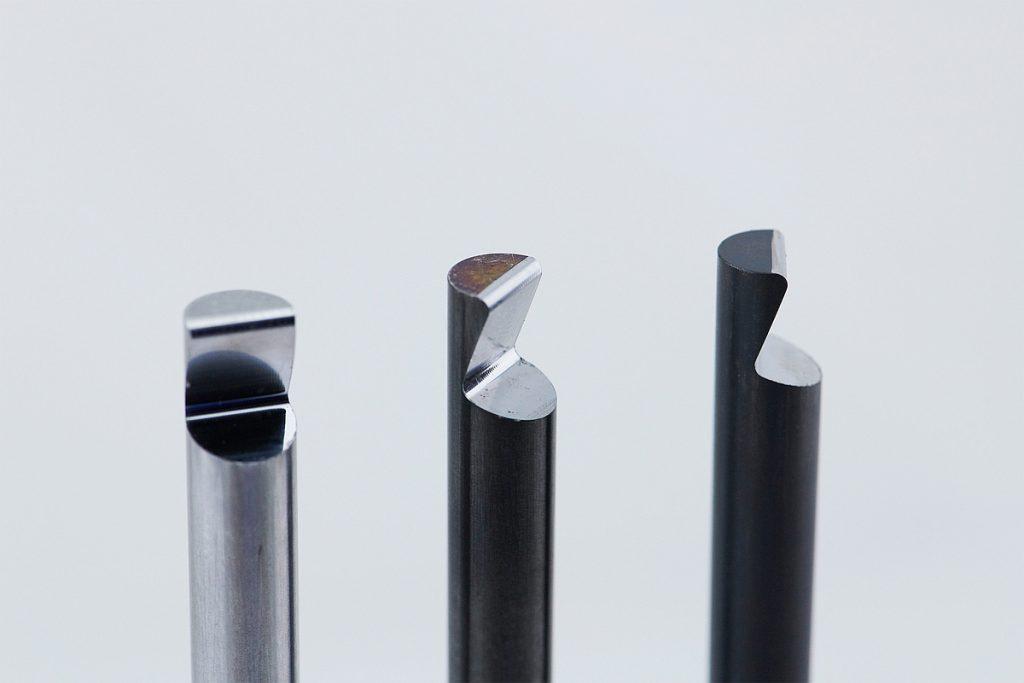Am Schaftende hat der Angusshaltestift von Knarr einen standardisierten Hinterschnitt . Der erstarrte Kunststoff in den Verteilerkanälen wird so sicher  zurückgehalten. - Bild: Knarr