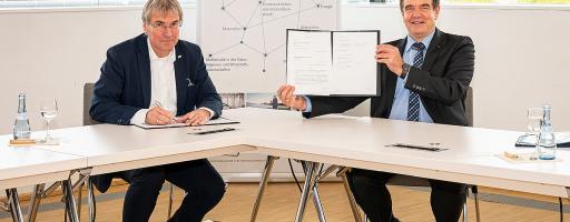 Digitales Lernen für die Blechkonstruktion: der Präsident KIT, Holger Hanselka, und der CEO TRUMPF Werkzeugmaschinen, Heinz-Jürgen Prokop, beim Unterzeichnen des Vertrags für die Bildungskooperation am KIT in Karlsruhe. Bild: Trumpf