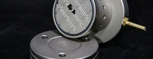 """Ackermann CNC Technik hat eine höhenverstellbare Werkstückabstützung mit Vakuum-Antivibration-Oberfläche zur Abstützung von Werkstücken in einer Schraubstockspannung im Programm. Der sogenannte """"Faulenzer"""" ermöglicht ein präzises und zudem vibrationsarmes Zerspanen. - Bild: Ackermann CNC Technik"""