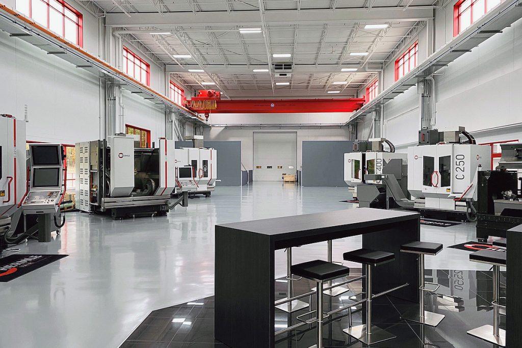 Das neue Technologie- und Schulungszentrum in der US-Zentrale von Hermle bietet Platz für bis zu acht teilweise automatisierte Hermle-Bearbeitungszentren. - Bild: Hermle