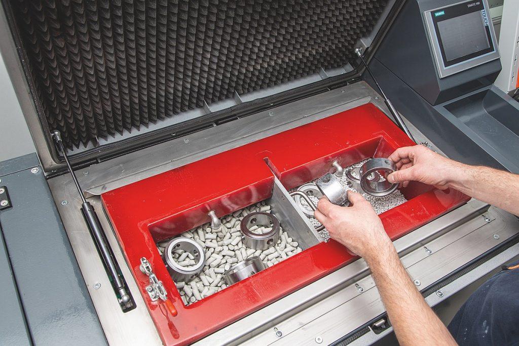 Der Trogvibrator der Gleitschleifmaschine GMT35 ist leistungsstark und hat eine Behältergröße von 35 l Er lässt sich zudem mit einer Trennwand teilen. So können zwei Arbeitsschritte parallel laufen, das spart Zeit und Energie. - Bild: Hoffmann Group