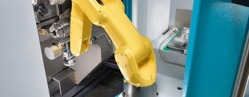 Wie hier an einer Index C200 lassen sich die Roboter der Automatisierungslösungen neben dem reinen Werkstückhandling zudem auch für vor- und nachgeschaltete integrierte Prozesse wie Reinigen, Messen oder Entgraten verwenden. - Bild: Index