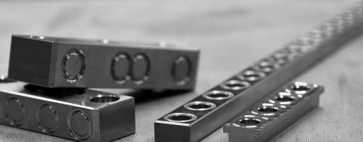 Die seitlichen Führungsleisten, Gleitleisten und Halteleisten sind aus Kaltarbeitsstahl 1.2842 gefertigt, mittige sowie T-förmige Führungsleisten aus 1.2379. Sie sind auf ~58 HRC gehärtet und für optimale Gleit- und Trockenlaufeigenschaften mit einer DLC-Beschichtung ausgestattet. - Bild: Knarr