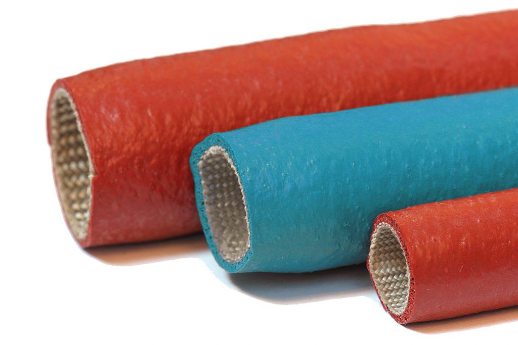 Exakt auf die Temperierschläuche maßgeschneidert sind die Isolierschutzschläuche, die Nonnenmann in blau und rot in sein Programm aufgenommen hat. Sie bieten zudem einen Berührungsschutz zur Unfallverhütung und steigern die Energieeffizienz. - Bild: Nonnenmann