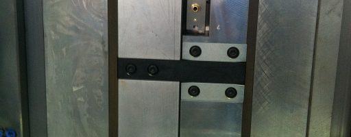 Zur thermischen Trennung im Werkzeug bietet Nonnenmann mit der Wärmeisolierplatte G-250 eine Komponente an, die auch gegen hohe Drücke und Temperaturen resistent ist. Diese Wärmeisolierung kann die Temperatursteuerung im Werkzeug deutlich effizienter gestalten. Und spart außerdem Energie. - Bild: Nonnenmann