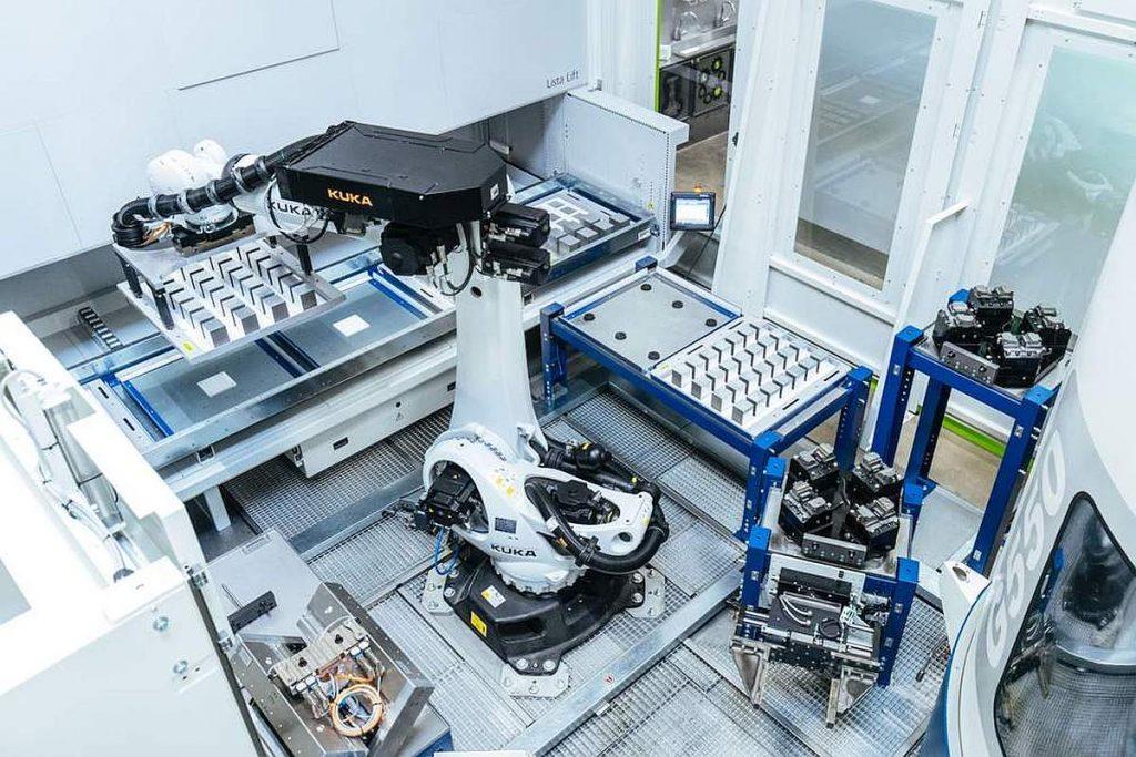 Eine Komplettlösung zur Automatisierung des Werkstückspannens von Vischer & Bolli Automation, bestehend aus einer Roboterzelle, Spanntechnik, Liftsystem und zudem der Leitrechnersoftware. - Bild: Hainbuch