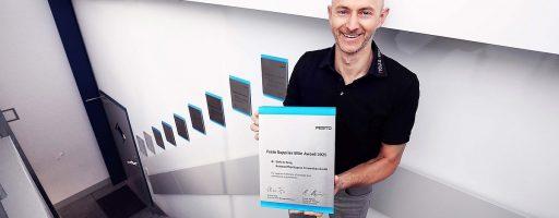 """Ist zurecht sichtlich stolz auf den """"Festo Supplier Elite Award"""": Christian Seng, einer der beiden Geschäftsführenden Gesellschafter von Stolz&Seng. Bild: Stolz&Seng"""