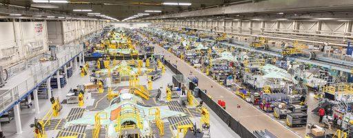 Für das Werk von Lockheed Martin im amerikanischen Fort Worth lieferte Fastems zwei Automated Structure Laser Cleaner (AutoSLC)-Systeme für die Tragflächen-Montagelinie des F-35 Lightning II. Die Inbetriebnahme der beiden Systeme soll voraussichtlich Ende 2021 abgeschlossen sein. - Bild: Lockheed Martin Corporation