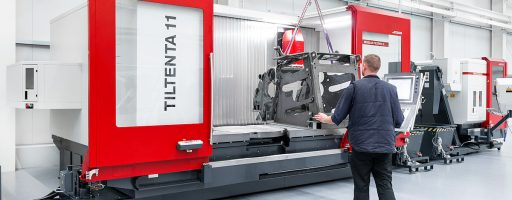 Gut zugängliche Maschine: Großwerkstücke können einfach per Kran auf den Maschinentisch geladen werden, die Tiltenta 11 ist oben offen. - Bild: Hedelius