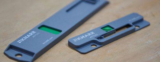 Mit einer Höhe von 5 mm und einer Länge von nur 92 mm eignet sich der neue Statusanzeiger von Knarr für nahezu alle Werkzeuggrößen. Den Werkzeugstatus signalisiert der Anzeiger über eine vierfarbige Skala und Symbole. Die Anzeigen lassen sich auch unter schlechten Bedingungen noch klar unterscheiden. - Bild: Knarr