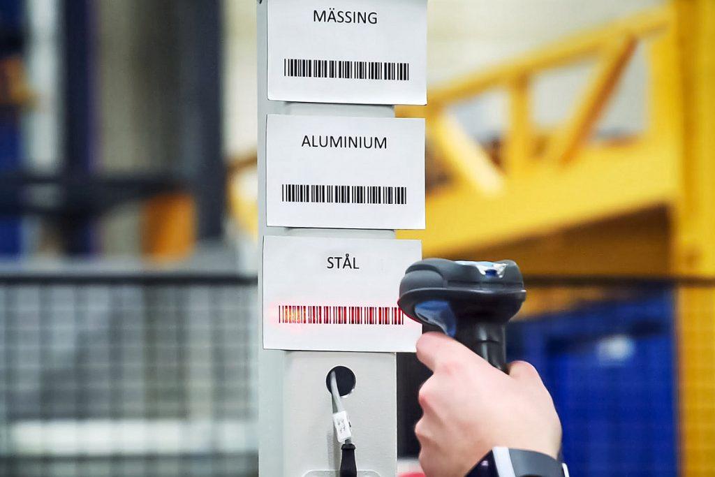 Beim Aufgeben des Spänewagens scannt der Mitarbeiter einen Barcode, der dem jeweiligen Material entspricht. - Bild: Mercatus
