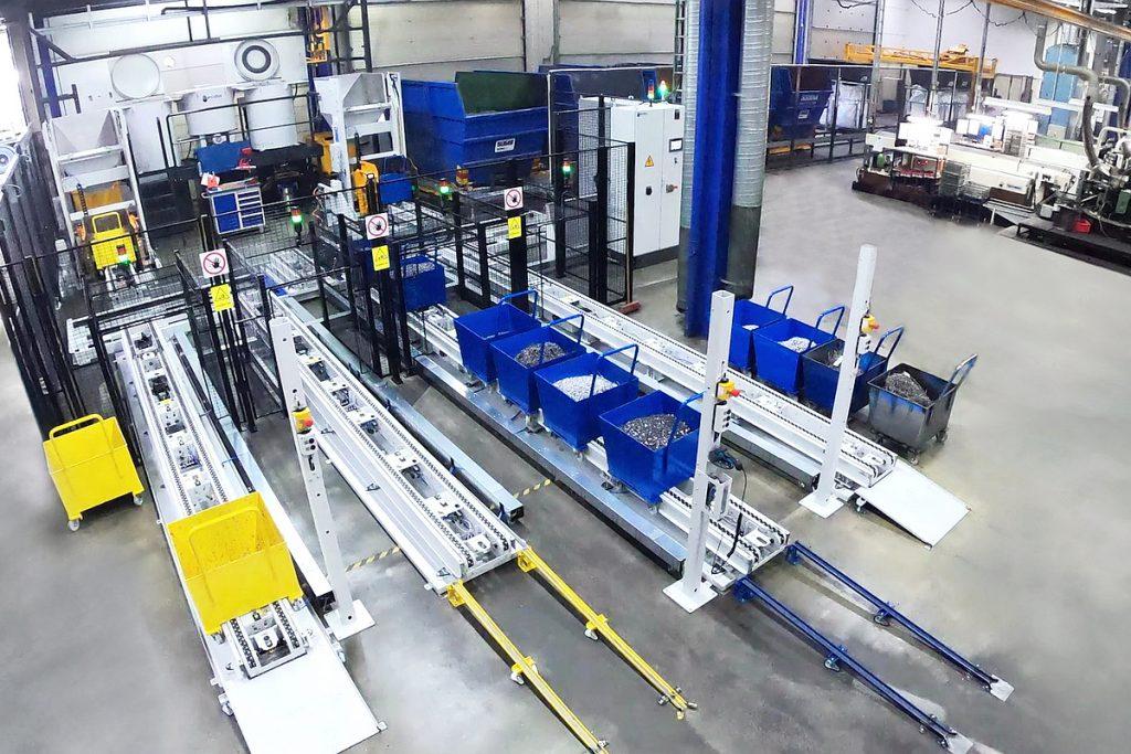 Hinter Transportsystemen von Knoll sind bei Bufab die Spänezentrifugen. Dort werden die Späne entölt und danach über ein Portal nach rechts zu den entsprechenden Containern gebracht. - Bild: Mercatus