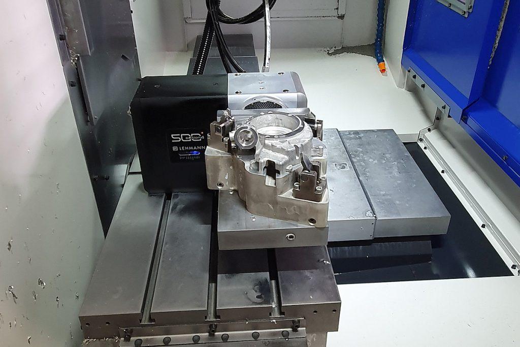 Für die Rückseitenbearbeitung kommt das Brother-BAZ Speedio S 700 X1 zum Einsatz, das mit einem Lehmann-Drehtisch EA-510 ausgestattet ist. - Bild: EGS