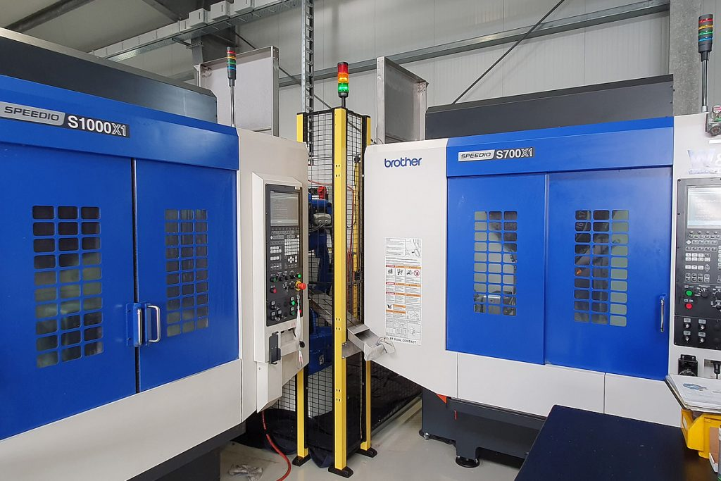 Der Roboter hat über spezielle Beladeluken Zugang zu den Arbeitsräumen der beiden Maschinen und deren Lehmann-Drehtisch. Die bleiben somit für den Bediener über die Fronttüren für Rüstvorgänge und Kleinserien voll zugänglich. - Bild: EGS