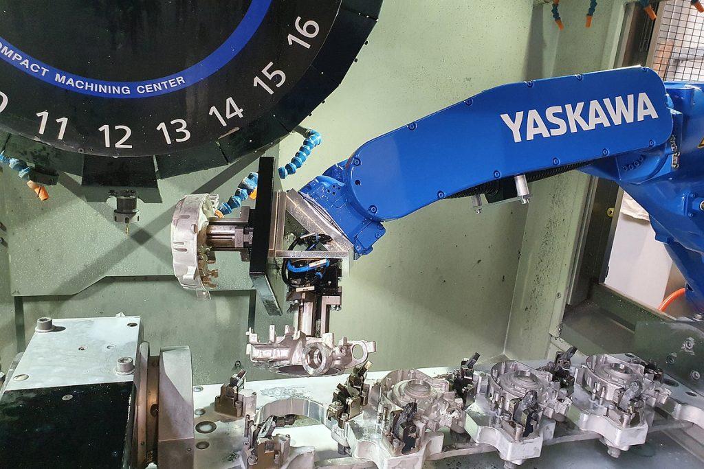 Auf dem Lehmann-Drehtisch EA-520 hat der Anwender eine Vierfach-Spannvorrichtung gerüstet, in die der Motoman-Roboter Rohteile einlegt und nach der Bearbeitung wieder entnimmt. Hier die Vorderseitenbearbeitung. - Bild: EGS