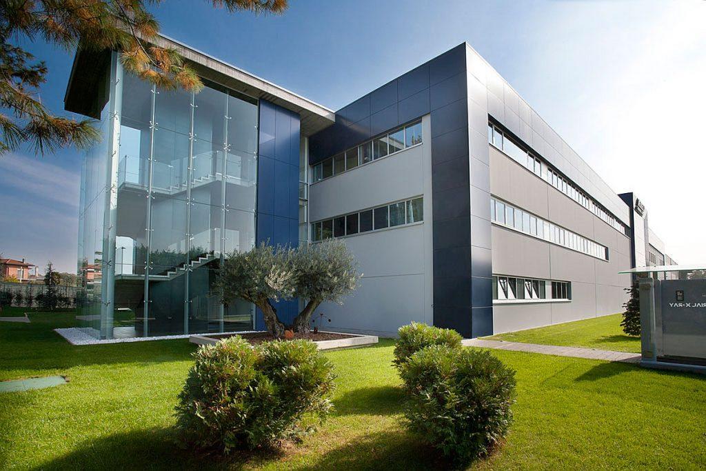 Messtechnikspezialist Zeiss integriert den italienische Anbieter von Lösungen für industrielle Röntgensysteme Bosello High Technology vollständig in die Zeiss-Gruppe. Bosello heißt ab sofort Carl Zeiss X-ray Technologies Srl. - Bild: Zeiss