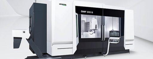 Die Fahrständermaschine DMF 300|8 setzt auf das gleiche innovative Maschinenkonzept wie die DMF 200|8: Die gleichbleibende Auskragung sichert eine konstante Fräsperformance über den gesamten Arbeitsraum. Der Werkzeugwechsel erfolgt zudem prozesssicher hinter dem Arbeitstisch. - Bild: DMG Mori