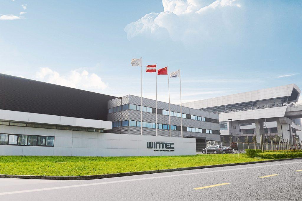 Die Spritzgießmaschinen von Wintec basieren zwar auf europäischer Entwicklung, werden aber in Asien produziert. Das Wintec-Werk hat seinen Sitz in Changzhou, China. - Bild: Engel
