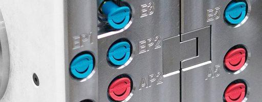 Schnell, einfach und verwechslungssicher: Die Schutzkappen in Türkis und Rot identifizieren sicher die Ein- und Ausgangsnippel der Werkzeugkühlung. Sie schützen die Kühlkreisläufe wirksam gegegn das Endringen von Schmutz. - Bild: Knarr