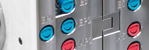 Knarr: Schutzkappen für Anschlussnippel an Spritzgießwerkzeugen