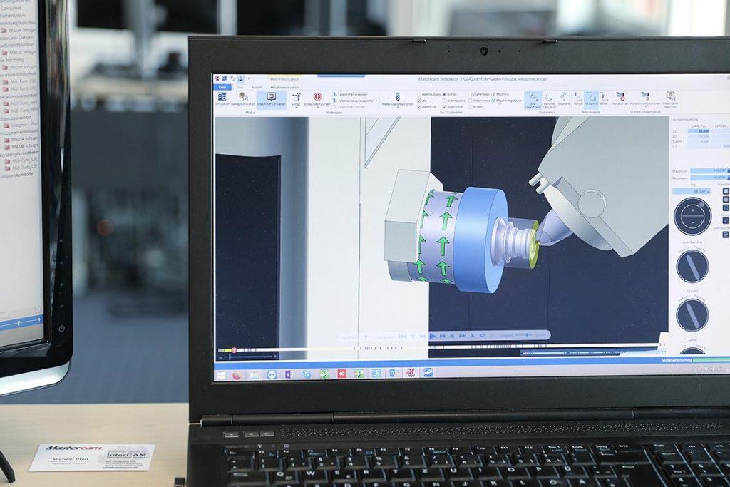 Die fertige Programmierung wird auf herz und Nieren getestet - die Simulation bezieht die virtuelle Mazak-Maschine mit ein. - Bild: Oltrogge