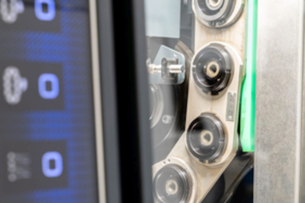 Das Design der WFL M20 Millturn präsentiert sich sehr geradlinig und funktional. Die vollflächige Front aus gehärtetem Glas integriert eine Anzeige der Performance-Daten sowie ein Schiebefenster zum Werkzeugmagazin. - Bild: WFL