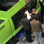 An den PlastIQ-Standorten Kortrijk und Genk entstehen neue Trainingskapazitäten. Die beiden neuen Engel-Maschinen verfügen über intelligente Assistenzsysteme aus dem inject-4.0-Programm von Engel. - Bild: Engel.