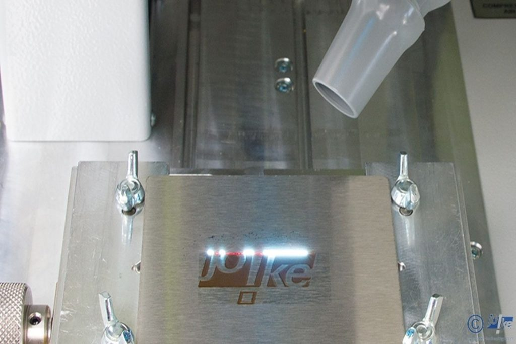 Der EneskaMarker 300 ist auch in der Lage, eine Tiefengravur zu erzeugen. Daher übersteht die Markierung auch eine eventuelle Nachbearbeitung wie beispielsweise eine Brünierung. - Bild: joke Technology