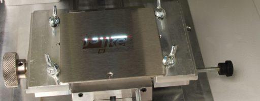 Der Arbeitsraum des EneskaMarker 300 ist 250 x 250 x 350 mm groß. Zum Markieren deckt das System einen 110 x 100 mm großen Bereich ab. Als maximale Pulsenergie stellt das Gerät 1 MJ zur Verfügung. Das System arbeitet luftgekühlt und ist mit Laserklasse 4 mit einer Pulsdauer von 100 ns bei 20 kHz klassifiziert. - Bild: joke Technology