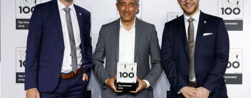 Kern Microtechnik ist auch 2021 unter den Gewinnern beim TOP-100-Innovationswettbewerb. Die Geschäftsführer Sebastian Guggenmos (links) und Simon Eickholt (rechts) werden im Herbst den Preis von Wissenschaftsjournalist Ranga Yogeshwar, dem Mentor des Wettbewerbs, überreicht bekommen. - Bild: Kern