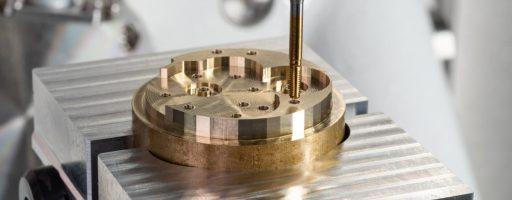 Auf einer Kern Micro bearbeitete der Emuge PunchTap in ausgiebigen Versuchen unter anderem bleifreies Messing. Kern und Emuge sprechen hier von einem Produktivitätsvorteil gegenüber dem Gewindebohren und -formen in Höhe von knapp 60 Prozent. - Bild: Kern Microtechnik