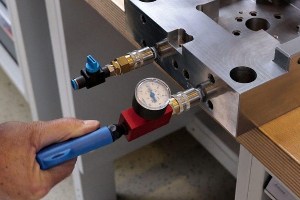 Um einen Kühlkreislauf auf Leckagen zu überprüfen, muss der Anwender nur das Prüfsystem auf den Kühlkreislauf aufsetzen und dann auf der Einblassseite mit Hilfe einer Druckluftpistole den Prüfdruck von 3 bis 4 bar aufbauen. - Bild: Nonnenmann