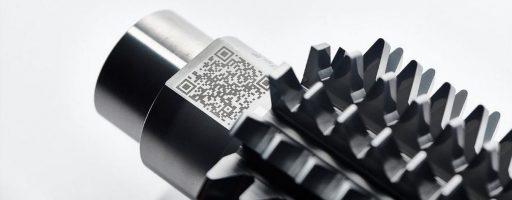 Das digitale Werkzeugmanagementsystem von Oerlikon Balzers erschließt dem Anwender via Data Matrix Code (dmc) und Cloud den Zugang zu Lebenslaufdaten eines Werkzeugs. Das System, ermöglicht darüber hinaus papierloses Zu- und Rücksortieren von Aufträgen und sorgt für Datentransparenz durch alle Prozesse. - Bild: Oerlikon Balzers/Volker Nothdurft