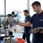 """Inzwischen unterstützen im CoLab zwölf Cobots die Schunk-Experten und die Anwender mit unermüdlichen """"Handreichungen"""". Es lassen sich aber auch problemlos Industrieroboter der gängigen Hersteller in zu evaluierende Automatisierungsumgebungen mit einbinden. - Bild: Schunk"""