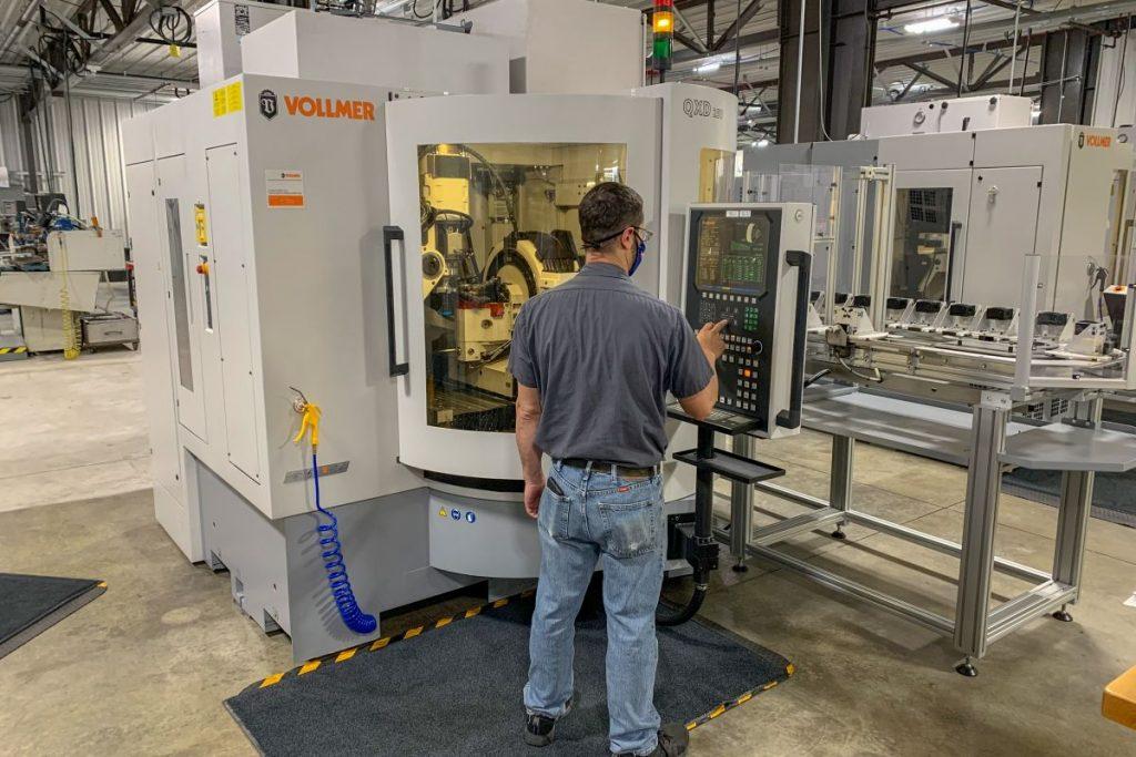 Eine Vollmer-Scheibenerodiermaschine QXD 250 sorgt mit ihrem Beladesystem dafür, dass PKD-Werkzeuge bei GLCT rund um die Uhr und mannlos gefertigt werden können. - Bild: Vollmer
