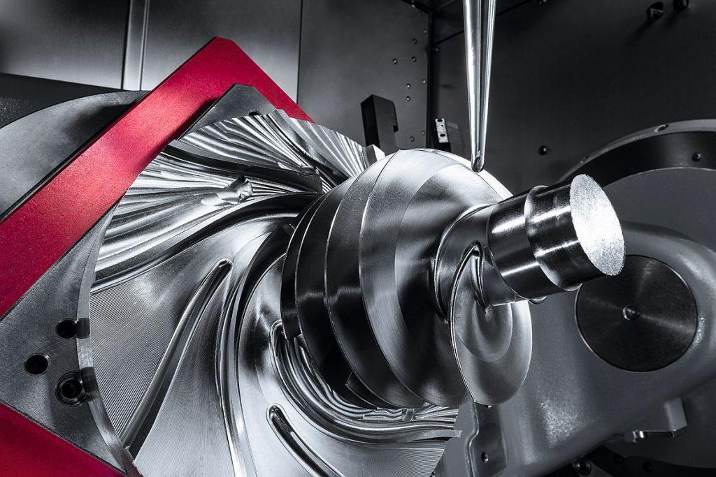 Die Herausforderung sind die oft hochharten oder-zähen Werkstoffe der Triebwerkskomponenten. Hier ein präzise aus dem Vollen gefräst er Impeller aus Titan auf einer Hermle C 42 U MT dynamic. - Bild: Hermle