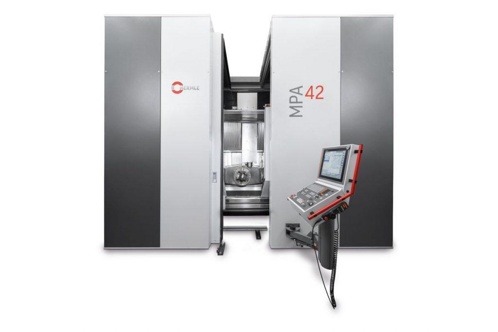 Die MPA 42 basiert auf einer Hermle C42 U und wurde für das MPA-Verfahren stark modifiziert. Schließlich muss sie zwei sehr unterschiedliche Bearbeitungsverfahren abdecken. - Bild: Hermle