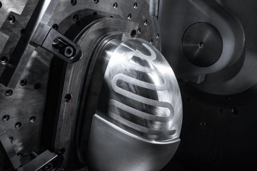 Oft sind es beim Anwender bereits gefräste Werkstücke, auf die per MPA Material aufgetragen wird, wie hier bei den Kühlkanälen: Sie werden zunächst mit einem wasserlöslichen Metallpulver gefüllt. Dann erfolgt der nächste Metallpulver-Auftrag. - Bild: Hermle