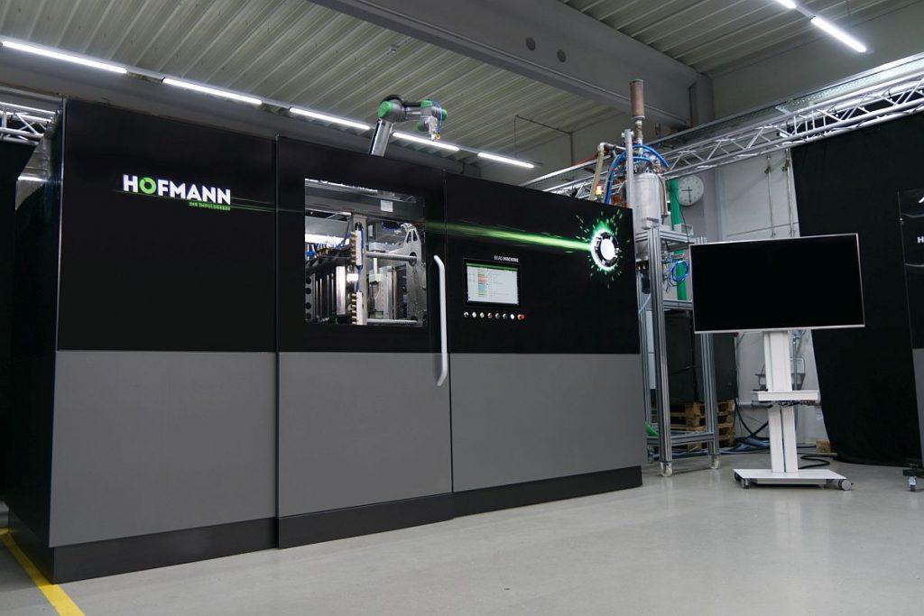 Die Bead.Machine ist die erste große Eigenentwicklung der Formenbauer beim Werkzeugbau Siegfried Hofmann in Lichtenfels. Damit wollen die Experten die Verarbeitung von Partikelschäumen auf ein höheres Level heben. – Bild: Hofmann Werkzeugbau