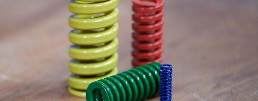 Insbesondere im Stanzwerkzeugbau sind die Systemdruckfedern von Knarr sehr geschätzt, weil sie gemessen an ihrer Größe sehr viel Energie zwischenspeichern können. Darüber hinaus können Systemdruckfedern so auch bei einem sehr platzsparendem Einbauraum eine hohe bis sehr hohe Federkraft einbringen. - Bild: Knarr