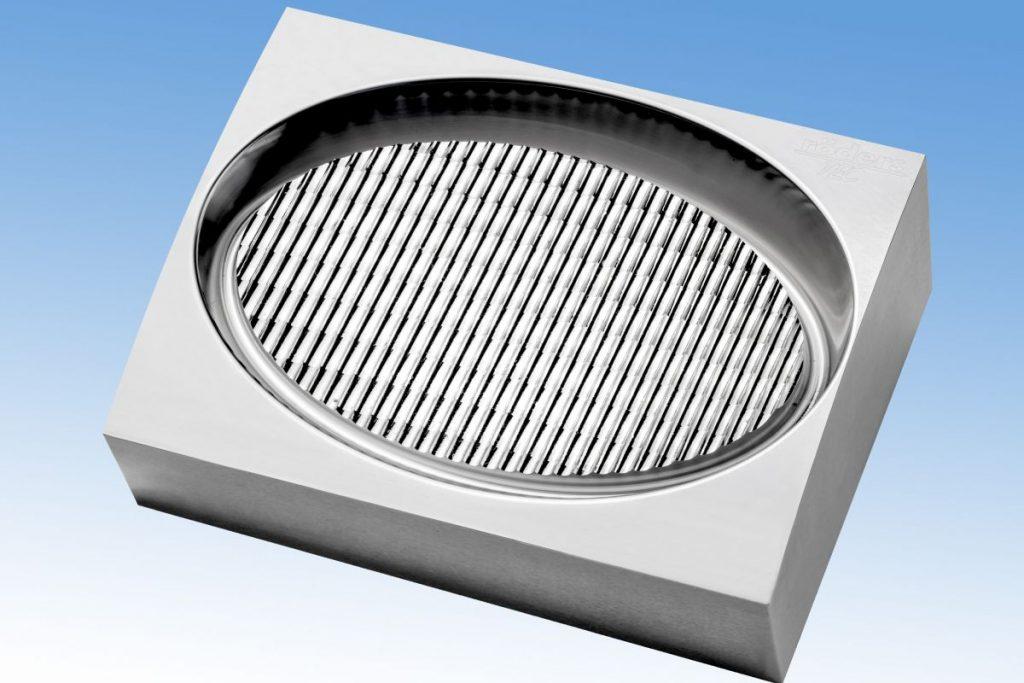 Inzwischen lassen sich auch größere optische Flächen wirtschaftlich in Stahl auf einer Röders-Maschine herstellen. Die Zeit für die Endbearbeitung dieser Reflektorform mit einem Durchmesser der Glanzfläche im Reflektorbereich von 110 mm konnte mit den Röders RFT-Werkzeugen auf 25,5 h reduziert werden. - Bild: Röders