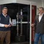 Andreas Strobel erweitert seit dem Jahresbeginn 2021 die Geschäftsführung der Dr. Heinrich Schneider Messtechnik GmbH. Dabei liegen die Schwerpunkte des 42-jährigen Wirtschaftsingenieurs lin erster Linie auf Vertrieb, Marketing und Service. Gemeinsam mit Wolfram Kleuver wird das Unternehmen nun von einer Doppelspitze geleitet.