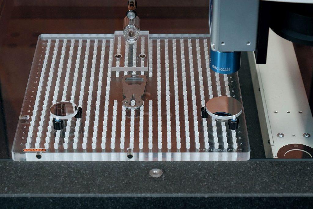 Reflektierende Oberflächen stellen sehr spezielle Anforderungen an die Messtechnik – Schneider Messtechnik bietet hierfür Weißlichtsensoren an, die mit dieser Herausforderung sehr gut umgehen können. - Bild: Schneider Messtechnik