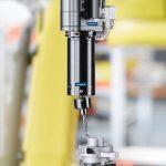 Mit der Einheit CDB kann der Roboter bewährte handgeführte Entgratklingen einsetzen. Damit können zusätzliche Investitionen in neue Materialien entfallen. Die einheitliche Werkzeugaufnahme und der optional automatisierbare Klingenwechsel hält die Rüstzeiten kurz. So kann der Anwender selbst bei Kleinserien wirtschaftlich arbeiten. - Bild: Schunk