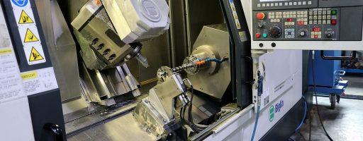 Für die Vorbearbeitung der sehr speziellen Nockenwellen bringt das Dreh-Fräszentrum BIiglia B 1200 SmartTurn S Extended eine Reihe an Vorteilen mit. Der Z-Weg von 1500 mm, die synchronisierte Gegenspindel, die leistungsstarke Frässpindel sowie die verfahrbare Lünette erleichtern die Bearbeitung dieser Werkstücke. - Bild: teamtec