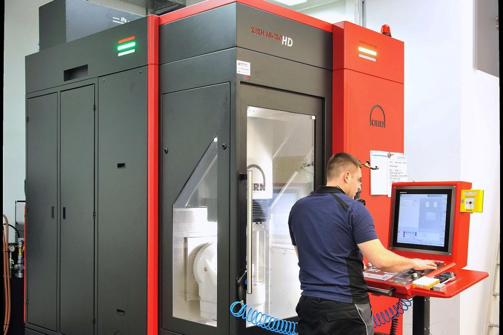 Cemec setzt für höchste Präzision auf eine Kern Micro HD. Auf geringer Stellfläche vereint das 5-Achs-Bearbeitungszentrum höchste Präzision und Effizienz. - Bild: Kern Microtechnik