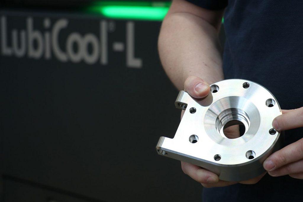Für tiefe Bohrungen ist eine druckstarke innere Kühlmittelzufuhr unerlässlich. Die Knoll LubiCool-L liefert den für solch anspruchsvolle Bearbeitungen notwendigen Druck und auch den Volumenstrom – Bild: Knoll