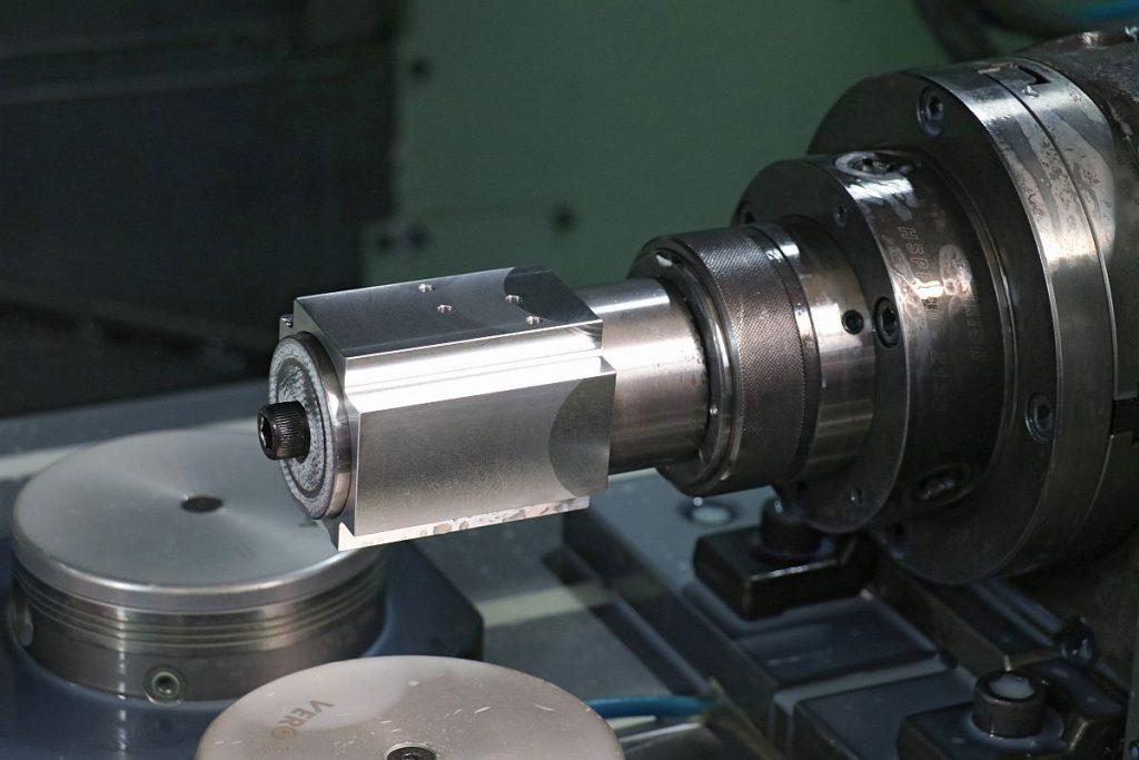 Die Mori Seiki NV5000 übernimmt bei Kirchhof all jene anspruchsvollen Bohr- und Fräsbearbeitungen, die sich auf einer Drehmaschine mit angetriebenen Werkzeugen nicht bewerkstelligen lassen. – Bild: Knoll